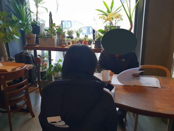 학교폭력을 당한 다문화 가정 자녀 이모(18) 양과 아버지가 중앙일보 기자를 만나 피해 상황을 설명하고 있다. 박진호 기자