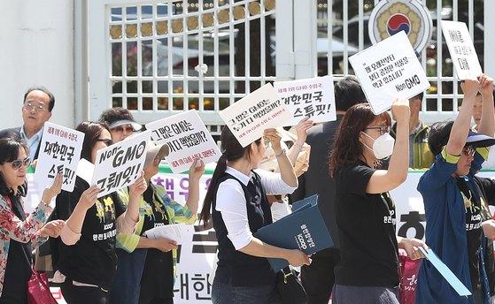 지난 5월 24일 서울 종로구 세종로 정부서울청사 앞에서 아이쿱소비자생활협동조합 회원들이 'GMO완전표시제 국민청원' 촉구 행진을 하고 있다. 이날 행진에서 참석자들은 'GMO(유전자변형식품) 완전표시제 국민청원'과 관련해 정부에서의 답변이 사실상 유보적인 입장을 취한데 대한 항의와 완전표시제 시행을 촉구 했다. [뉴스1]