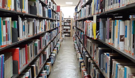 도서관에서는 마음 놓고 책을 고를 수 있어 좋다. 수북히 쌓아놓고 조금씩 간을 본 다음에 눈에 꽂히는 책에 파고든다. 그러다 결국 온라인 서점에서 주문하게 된다. 밑줄 그어가며 읽어야 하니까. [사진 박헌정]