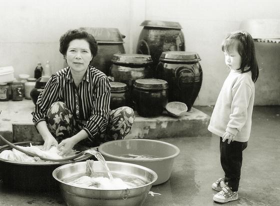 부모님은 은퇴 후 서울 외곽에 새 보금자리를 마련하고 전원생활을 즐기셨다. 어머니와 나의 큰딸 (1999년 봄). 지금보다 한결 젊고 밝은 모습이다.[사진 박헌정]
