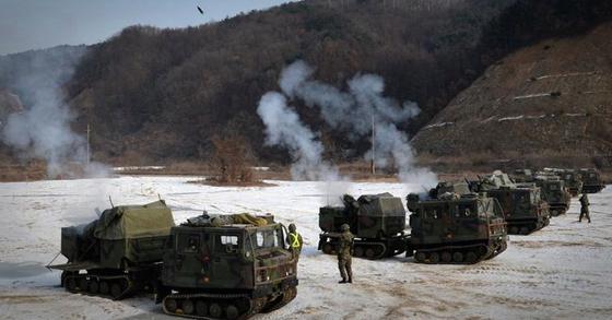 K281 장갑차 수 십 여대를 투입해 4.2인치 및 81mm 박격포 사격훈련 등을 실시하고 있다. [뉴스1]