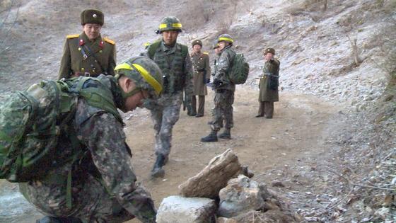 12일 남측 군 관계자들이 북측 GP를 검증하는 모습. 정면에서 걸어오는 국군 장병의 방탄모 오른쪽에 카이샷이 부착돼있다. [국방부 제공 영상 캡처]
