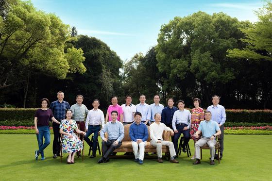 화웨이 최고 의사결정 기구인 이사회의 단체 사진. 앞줄 왼쪽 두번째가 멍완저우, 뒷줄 분홍색 셔츠를 입은 이가 런정페이 화웨이 회장이다. [사진=화웨이 공식 사이트]