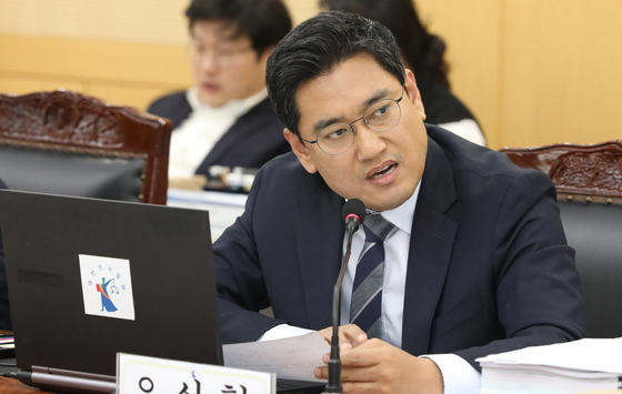 지난 10월 오신환 바른미래당 의원이 광주지방법원 6층 대회의실에서 열린 국회 법제사법위원회 법원 국정감사에서 질의를 하고 있다. [뉴스1]