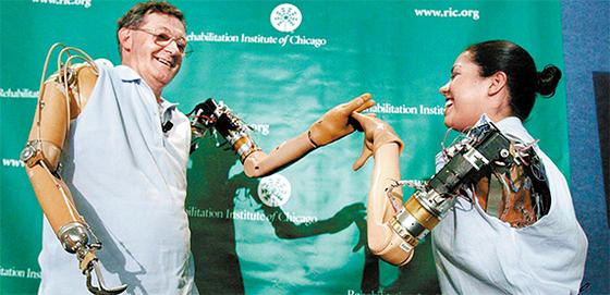 전기 기술자였던 제시 설리번(왼쪽)은 사고로 두 팔을 잃었지만 미국 시카고 재활연구소의 도움으로 인공 팔을 갖게 됐다. 오토바이 사고를 당한 클라우디아 미첼(오른쪽)도 설리번처럼 로봇 팔을 장착했다. 팔은 뇌의 신호로 움직인다. [시카고 재활연구소]