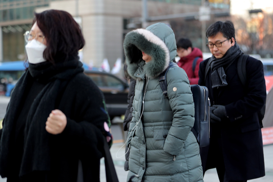 영하권 추위가 이어지고 있는 12일 오전 서울 세종대로 광화문사거리에서 시민들이 출근길 발걸음을 재촉하고 있다. [뉴스1]