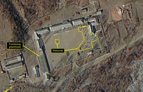 지난 5월 파괴된 북한 풍계리 핵실험장 남쪽 시설에서 20여명의 인력 움직임이 포착됐다고 미국의 북한전문매체 38노스가 12일(현지시간) 전했다. [사진 38노스]