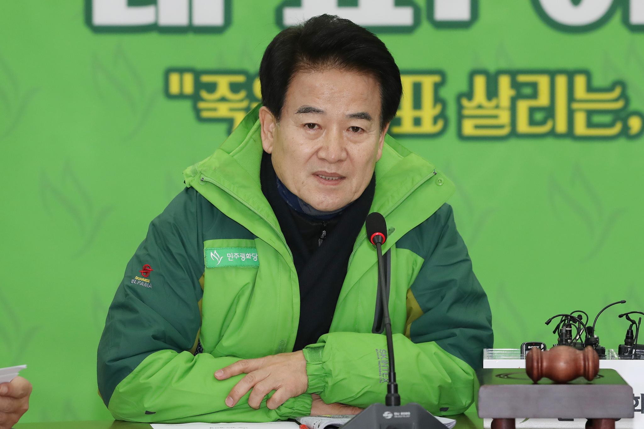 정동영 민주평화당 대표가 13일 오전 서울 여의도 국회에서 열린 의원총회에서 모두발언을 하고 있다. [뉴스1]