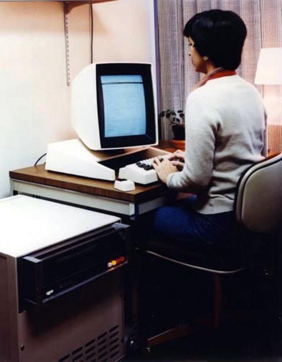1973년 제록스가 개발한 개인용 컴퓨터 알토. 당시 한국에선 컴퓨터를 가르칠 교수도 구하기 힘들었다. [중앙포토]