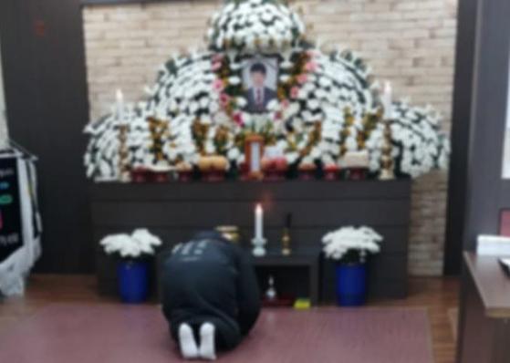태안화력 9·10호기에서 운송설비점검을 하다 숨진 김용균씨의 빈소가 마련된 태안의료원 장례식장에 동료들이 찾아와 문상하고 있다. [연합뉴스]