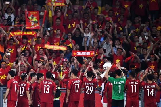 11일 열린 스즈키컵 1차전이 국내에서도 높은 시청률을 기록했다. 사진은 원정경기에서 2-2로 비긴 뒤 팬들에게 인사하는 베트남 선수단. [AFP=연합뉴스]