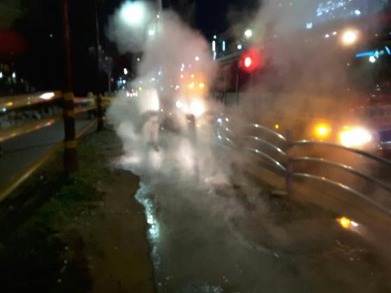 지난 12일 오후 파열된 안산시 고잔동 온수관에서 연기가 피어오르고 있다. [사진 안산시]