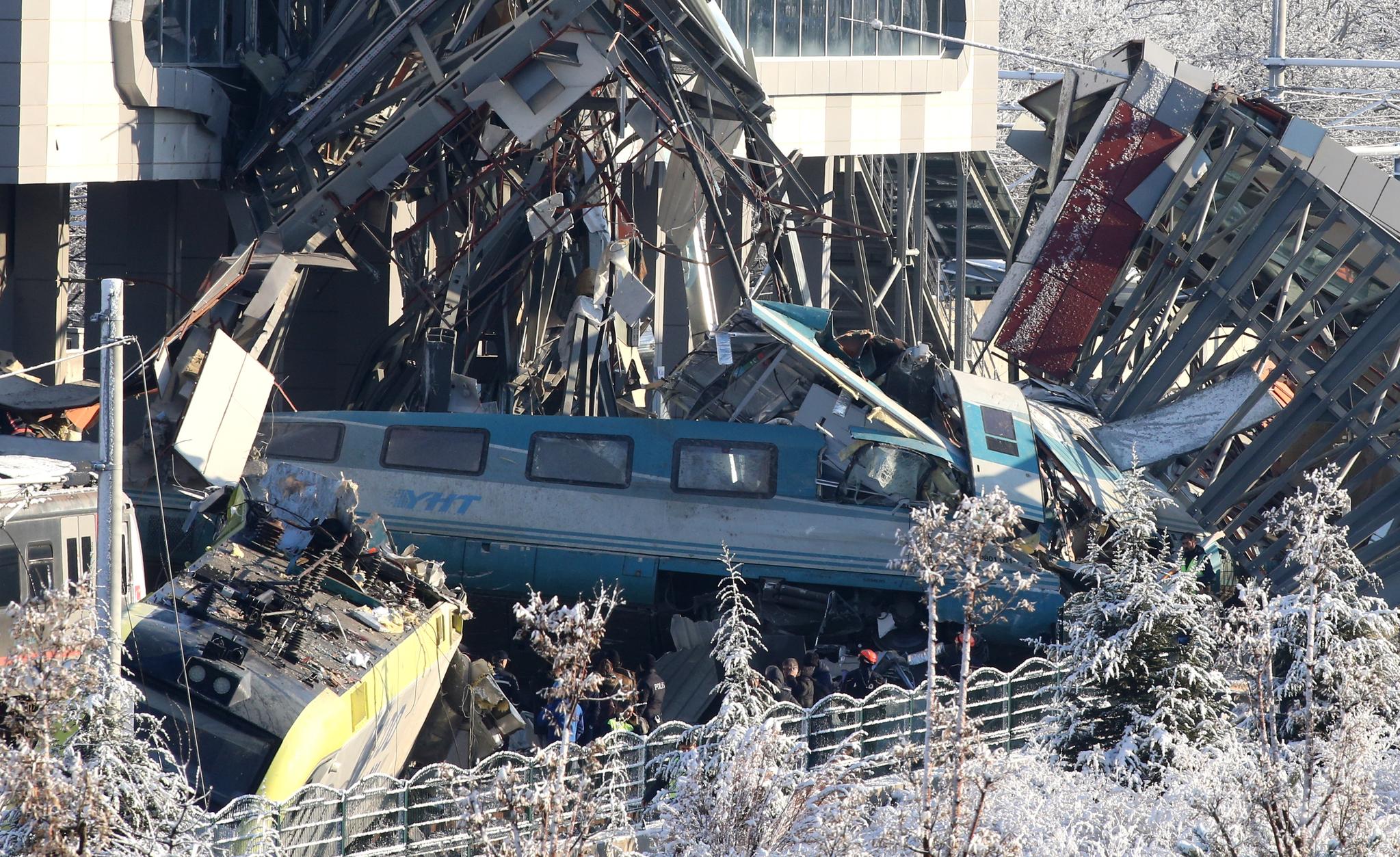 터키 수도 앙카라에서 고속열차가 일반 기관차와 충돌해 전복되는 사고가 13일(현지시간) 발생해 현재까지 4명의 사망자가 발생하고 40여명이 부상했다. 이날 사고가 난 마산디즈역에서 전복된 열차와 종이짝처럼 찢겨져 있다. [EPA=연합뉴스]