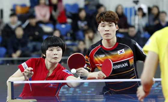 13일 오후 인천 남동체육관에서 열린 '2018 국제탁구연맹(ITTF) 월드투어 그랜드파이널스' 혼합복식 8강전에 남북단일팀으로 출전한 북한 차효심과 장우진(미래에셋대우)이 일본 요시무라 마하루와 이사카와 카스미조를 상대로 경기를 펼치고 있다. [뉴스1]