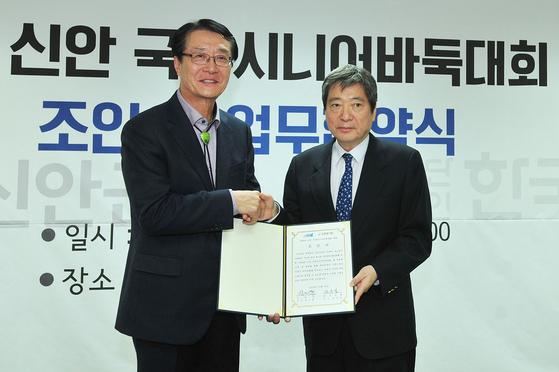 박우량 신안군수(왼쪽)와 한상렬 비대위 부위원장 [사진 한국기원]