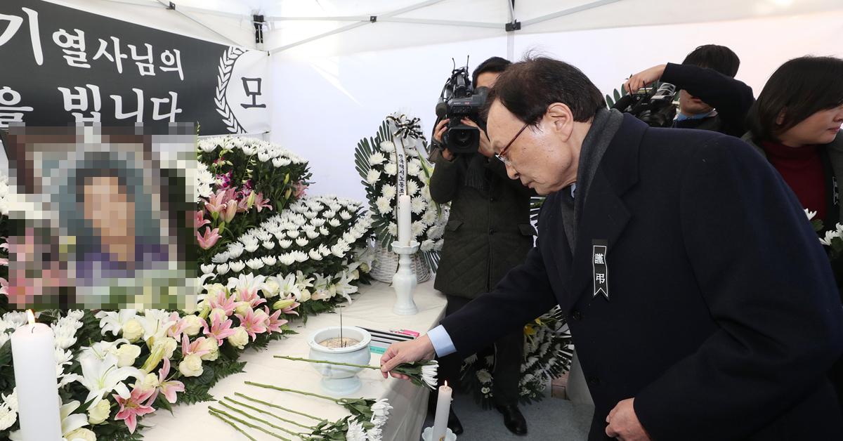 이해찬 더불어민주당 대표가 12일 오후 서울 여의도 국회의사당 인근에 마련된 '카카오 카풀' 서비스 시행에 반대하며 분신한 택시기사 최모씨의 분향소를 찾아 조문하고 있다. [뉴스1]