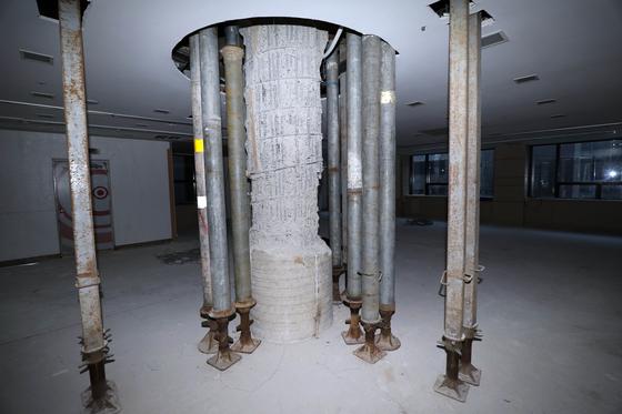 균열이 발견된 서울 강남구 대종빌딩의 2층 원형 기둥. [사진 강남구]