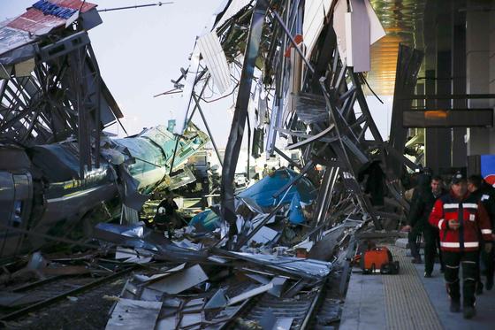 터키 수도 앙카라에서 13일(현지시간) 오전 6시 30분쯤 중부 코니아행 고속철도 열차가 고가 선로에서 선로 안전관리 기관차(파일럿 엔진)와 충돌 후 탈선했다. 이 사고로 기관사를 포함해 9명이 숨지고 40여명이 다쳤다. [연합뉴스]