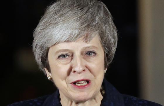 12일 영국 런던 다우닝가 10번지 관저 앞에서 연설을 하는 테레사 메이 영국 총리. [AP=연합뉴스]