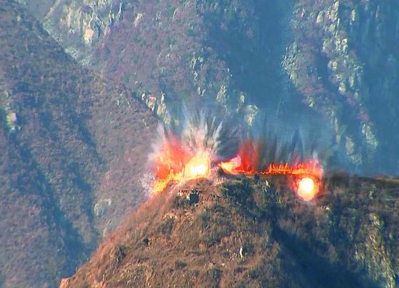 지난달 20일 북한이 시범철수 대상 GP 폭파 장면에 나선 모습. 지하갱도를 따라 산등성이 80m 길이 구간 폭파가 목격됐다. [국방부 제공]