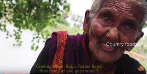 """뉴욕타임스는 13일 """"100만 구독자를 모은 스타 유튜버이자 인도 시골마을의 평범한 할머니 마스타남마(Mastanamma)가 이달 초 타계했다""""고 보도했다. [유튜브 컨트리 푸즈(Country Foods) 채널 캡처]"""
