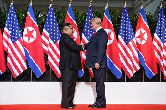 지난 6월 북·미 정상회담에서 트럼프 미국 대통령과 김정은 북한 국무위원장이 악수하고 있다. [뉴스1]