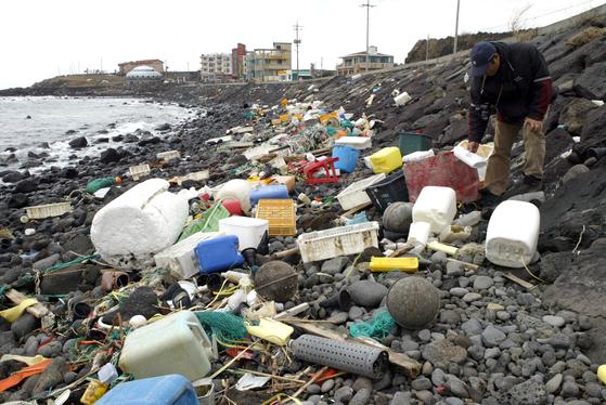 바다에서 해안으로 밀려오는 쓰레기로 몸살 앓는 제주도의 모습. [중앙포토]