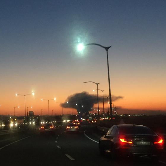 14일 경기도 고양시 백석동 건축자재 보관소 화재로 검은 연기가 하늘을 뒤덮고 있다. 김성룡 기자