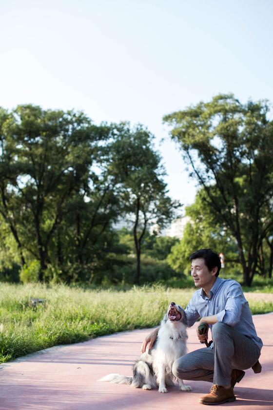30년간 반려견 행동 수정이라는 외길을 걸어온 김성오 이사가 행동 수정 파트너견 '실비'와 훈련 연습을 하고 있다. [사진 김성오]