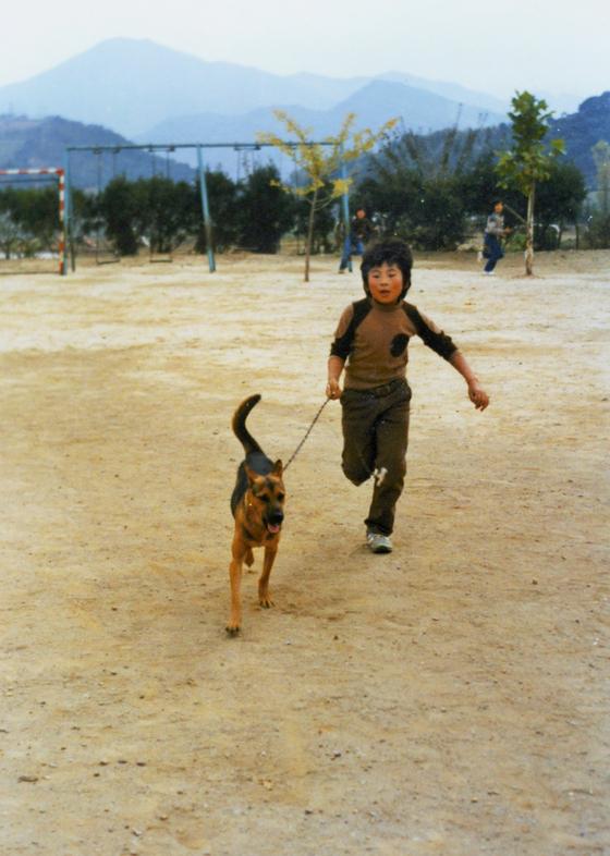 초등학교 시절 첫 반려견 '달래'. 이때부터 개 훈련에 소질이 있다고 동네에서 유명했다. [사진 김성오]