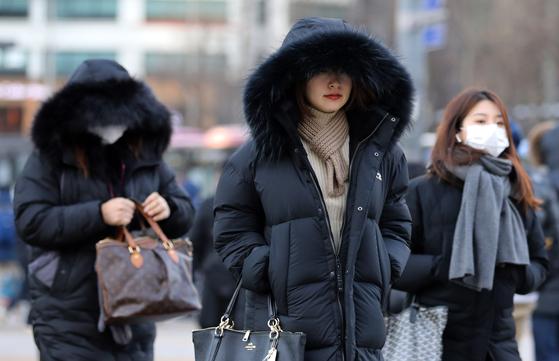 14일 아침 서울의 기온이 영하 7.8도까지 떨어지는 등 강추위가 다시 찾아온 이날 오전 서울 세종대로 광화문사거리에서 출근길 시민들이 발걸음을 재촉하고 있다. [뉴스1]