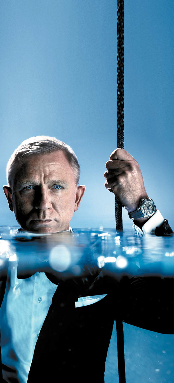 오메가는 씨마스터 프로페셔널 다이버 300M을 새롭게 선보였다. 사진은 007 영화에서 제임스 본드 역을 맡았던 영국의 배우 다니엘 크레이그(Daniel Craig)와 씨마스터 프로페셔널 다이버 300M. [사진 오메가]