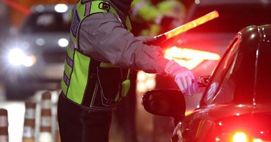 13일 경찰이 부산외곽순환도로 상에 음주운전 의심 차량이 있다는 신고를 받고 5km가량을 추격한 끝에 음주운전자를 검거했다. [연합뉴스]