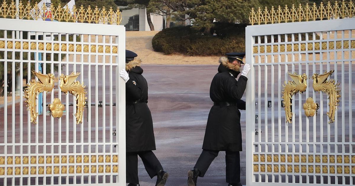 열리고 있는 청와대 정문. [연합뉴스]