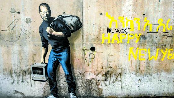 뱅크시, 무제(2015). 영국 유명 그라피티 예술가 뱅크시가 프랑스 북부 칼레의 난민촌 벽에 그린 스티브 잡스 그림. 잡스 벽화 외에 2개의 벽화를 그려 난민 포용을 촉구했다. 그는 홈페이지의 그림 밑에 '스티브 잡스 - 시리아 이민자의 아들'이라는 제목을 적었다. (사진 출처: CNN 인터넷판) [뉴시스]