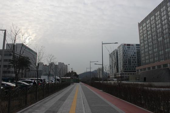 이재수 전 사령관이 투신한 문정동 H오피스텔은 길 하나를 사이에 두고 서울동부지검과 마주보고 있을 정도로 지척이다.오른쪽 작은 건물이 해당 오피스텔이다. [조강수 기자]