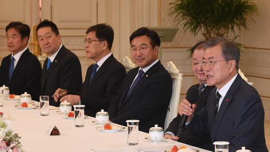 """文 대통령, 日 의원들 만나 """"일본 기업에 대한 개인청구권까지 소멸된건 아니야"""