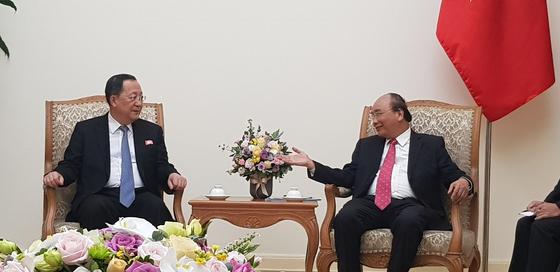 이용호 북한 외무상(왼쪽)은 1일 응우옌 쑤언 푹 베트남 총리와 면담하고 양국간 우호증진 반응을 논의했다. [연합뉴스]