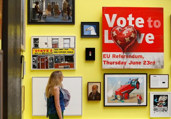 뱅크시, Vote to Love(2018). 거리예술과 갤러리 전시만 하던 뱅크시가 이 그림을 왕립 아카데미에 보낸다. 우여곡절 끝에 전시를 하게 되었지만 이렇게까지 이 그림이 주목받아야 할 이유가 있는 걸까? <저작권자 ⓒ 1980-2018 ㈜연합뉴스. 무단 전재 재배포 금지.>