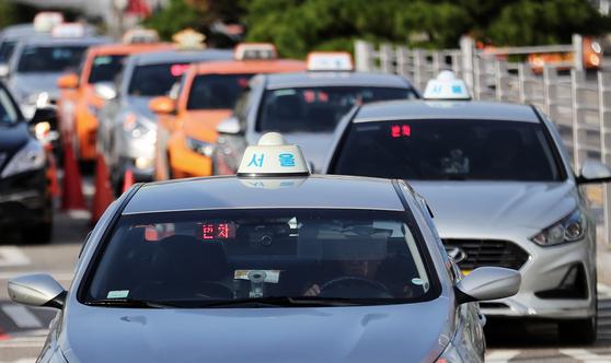 지난 10월 25일 서울역 앞 택시 승강장에서 손님을 기다리는 택시. [뉴스1]