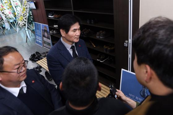 14일 오후 김용균씨 빈소가 마련된 태안의료원 장례식장을 찾은 이용선 청와대 시민사회수석이 '태안화력 시민대책위' 관계자들로부터 항의를 받고 있다. [연합뉴스]