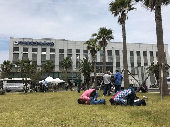 지난 6월 제주출입국외국인청 앞마당에서 기도 중인 제주도 예멘 난민 신청자들. 최충일 기자
