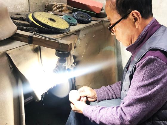 컵을 광내기(연마작업) 하고 있는 대공가 전방진 장인(75). [사진 이정은]