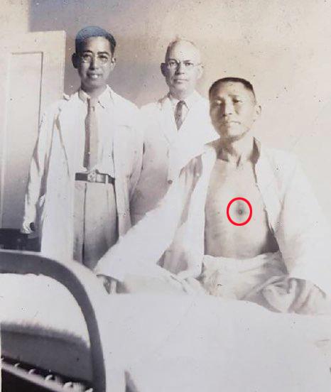 백범 김구 선생이 1938년 일제 밀정의 총탄을 맞고 수술을 받은 후 중국 장사 상아병원에서 의료진과 기념촬영을 하고 있다. [연합뉴스]