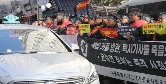 """""""카풀·택시 TF 소속 의원 보좌관, 카카오 이직"""""""