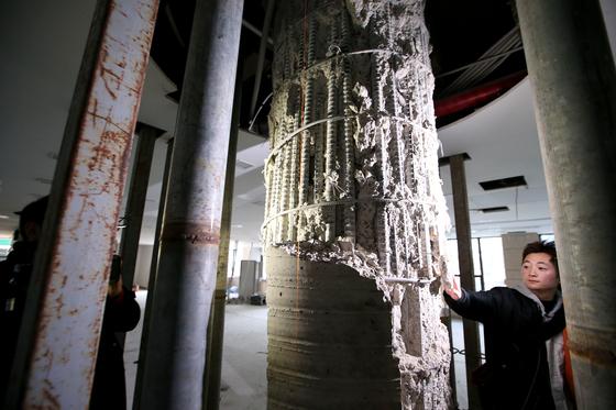 지난 12일 서울 삼성동대종빌딩 중앙 기둥의 콘크리트가 부서져 철근이 그대로 보인다. [뉴시스]