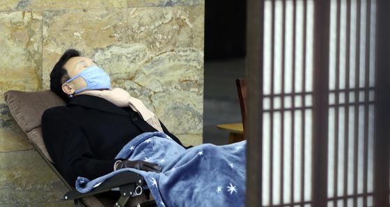 손학규 바른미래당 대표가 14일 오전 서울 여의도 국회 로텐더홀에서 9일째 단식농성을 하고 있다. 김경록 기자