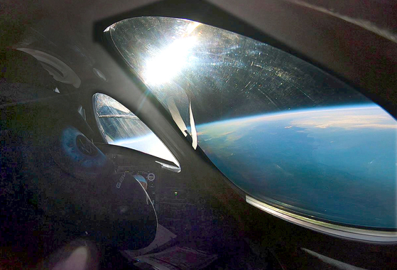 [서소문사진관]  2억8000만원, 90분 환상 우주여행 ...버진 캘러틱의 유인우주선 첫 시험비행 성공해