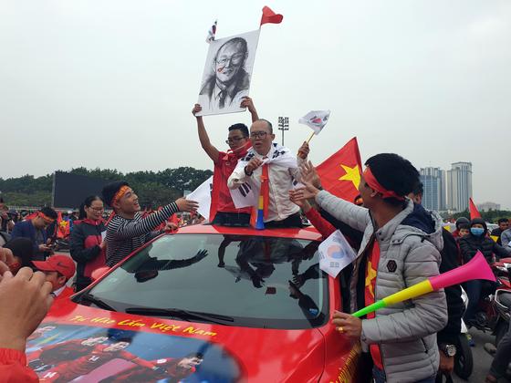 베트남과 말레이시아의 스즈키컵 결승 2차전을 앞두고 한 베트남 청년이 박항서 감독으로 분장했다. [연합뉴스]
