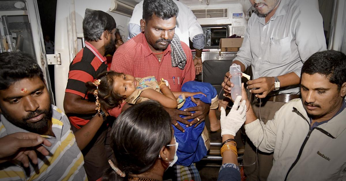 14일(현지시간) 식중독 의심으로 병원에 이송되고 있는 어린이. [AP=연합뉴스]